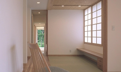 高木町の家~霧島連山を望む家~ (居間より畳スペースを見る)