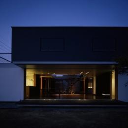 回廊のある家 (外観_夕景)