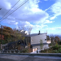 高台の家 (北西側全景)