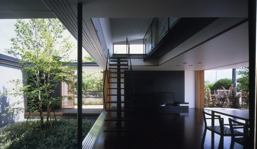 回廊のある家の部屋 リビング_中庭