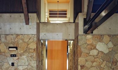 混構造の家 (玄関ポーチ)
