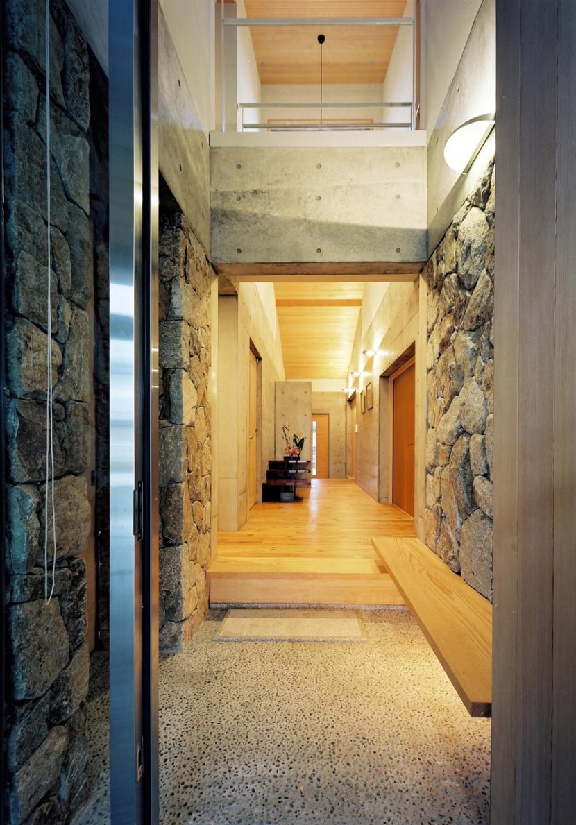 混構造の家 (玄関)