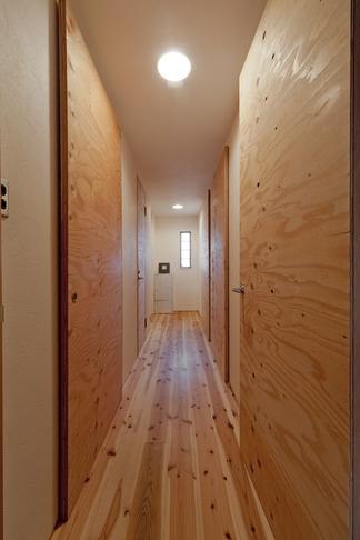 回遊式WICは見た目も使い勝手も上々。スギの香り漂うリノベーション (廊下1)