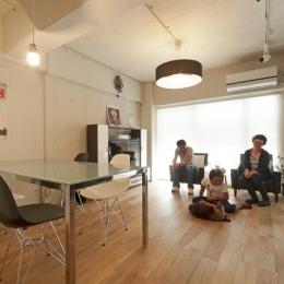 白いモルタル塗装はカフェよりカフェに?!人も集まり、猫も気持ちよくなるリノベーション (リビングダイニング1)