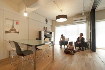 リビングダイニング1 (白いモルタル塗装はカフェよりカフェに?!人も集まり、猫も気持ちよくなるリノベーション)
