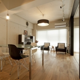 白いモルタル塗装はカフェよりカフェに?!人も集まり、猫も気持ちよくなるリノベーション