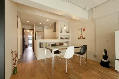 ダイニングキッチン (白いモルタル塗装はカフェよりカフェに?!人も集まり、猫も気持ちよくなるリノベーション)