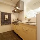 ハコリノベの住宅事例「白いモルタル塗装はカフェよりカフェに?!人も集まり、猫も気持ちよくなるリノベーション」