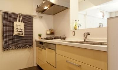 白いモルタル塗装はカフェよりカフェに?!人も集まり、猫も気持ちよくなるリノベーション (キッチン1)