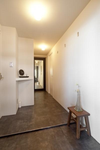 玄関 (白いモルタル塗装はカフェよりカフェに?!人も集まり、猫も気持ちよくなるリノベーション)