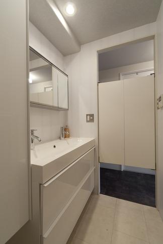 バス/トイレ事例:洗面化粧室(白いモルタル塗装はカフェよりカフェに?!人も集まり、猫も気持ちよくなるリノベーション)