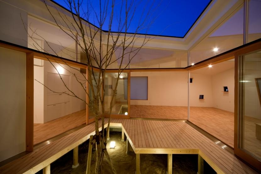 鴨川の家の部屋 夕景