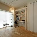 白いモルタル塗装はカフェよりカフェに?!人も集まり、猫も気持ちよくなるリノベーションの写真 書斎