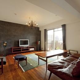 チークの無垢材も壁面タイルも全て脇役。大好きなトラックファニチャーの家具を主役に。 (リビング1)