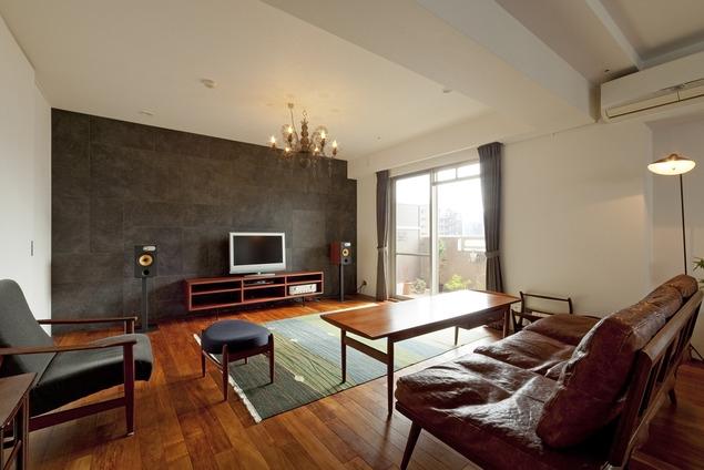 リノベーション・リフォーム会社:ハコリノベ「チークの無垢材も壁面タイルも全て脇役。大好きなトラックファニチャーの家具を主役に。」