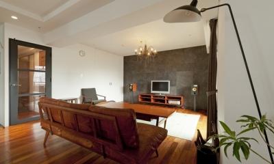 チークの無垢材も壁面タイルも全て脇役。大好きなトラックファニチャーの家具を主役に。 (リビング2)