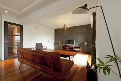 リビング2 (チークの無垢材も壁面タイルも全て脇役。大好きなトラックファニチャーの家具を主役に。)