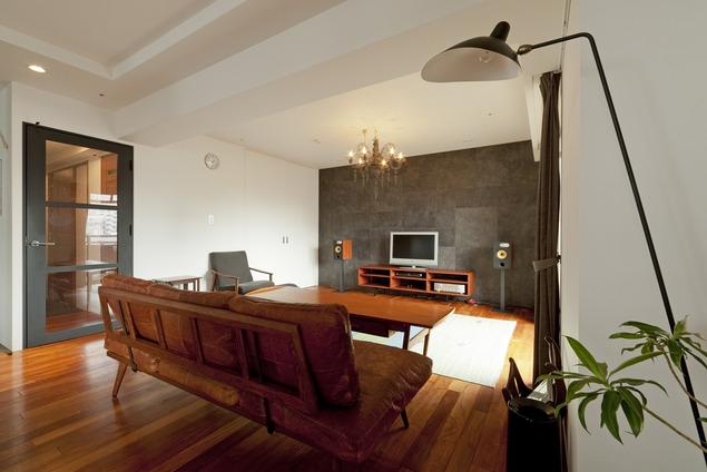 リフォーム・リノベーション会社:ハコリノベ「チークの無垢材も壁面タイルも全て脇役。大好きなトラックファニチャーの家具を主役に。」