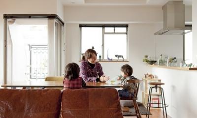 チークの無垢材も壁面タイルも全て脇役。大好きなトラックファニチャーの家具を主役に。 (ダイニング1)