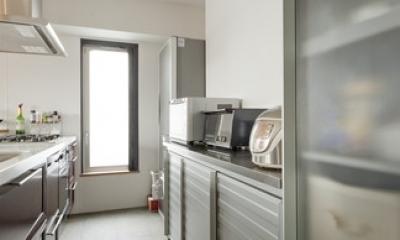 チークの無垢材も壁面タイルも全て脇役。大好きなトラックファニチャーの家具を主役に。 (キッチン1)