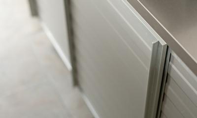 チークの無垢材も壁面タイルも全て脇役。大好きなトラックファニチャーの家具を主役に。 (キッチン2)