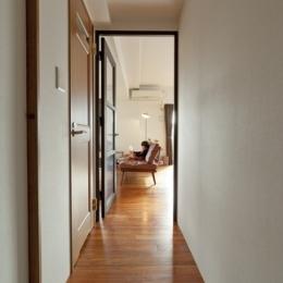 チークの無垢材も壁面タイルも全て脇役。大好きなトラックファニチャーの家具を主役に。 (廊下1)