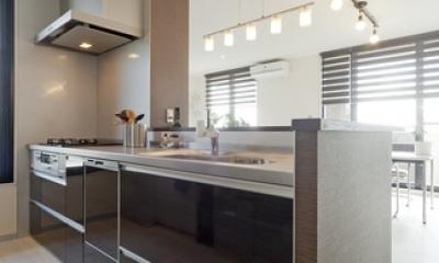 友人たちの驚きに〝してやったり〟 上質で工夫いっぱいの広々LDKがある住まいリノベーション (キッチン2)