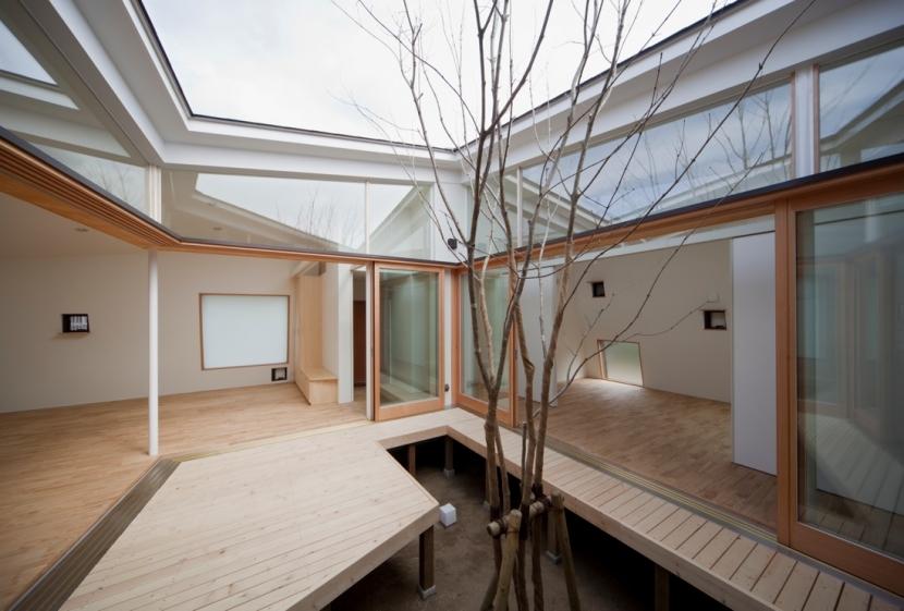 鴨川の家 (中庭)