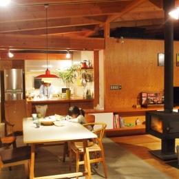 群馬県太田市・芝屋根住宅-1|mat house (梁や無垢カウンター・壁の合板が経年変化でいい色になってきました)