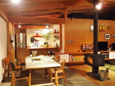 大地に根付く家|mat house (梁や無垢カウンター・壁の合板が経年変化でいい色になってきました)