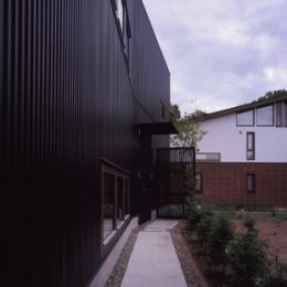 材木座の家 (外観-玄関アプローチ(撮影:淺川敏))