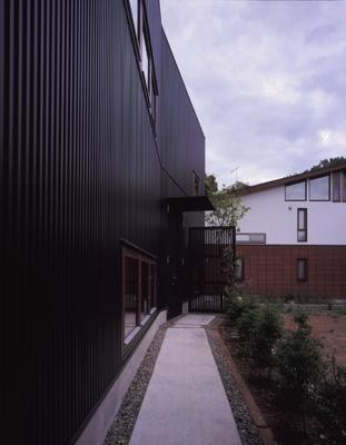 材木座の家の部屋 外観-玄関アプローチ(撮影:淺川敏)