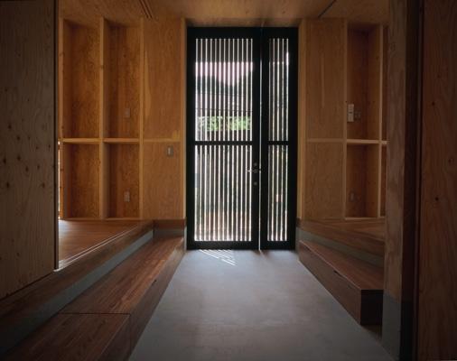 材木座の家の部屋 玄関(撮影:淺川敏)