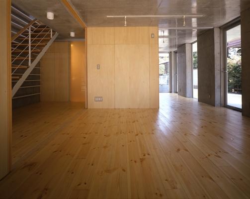 西荻の家の部屋 1階-間仕切りopen(撮影:淺川敏)