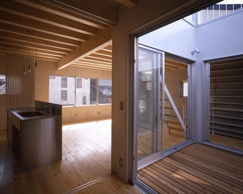 西荻の家の部屋 リビングに面した中庭(撮影:淺川敏)