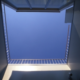 西荻の家 (中庭から見上げた空(撮影:淺川敏))