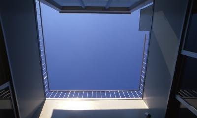 中庭から見上げた空(撮影:淺川敏)|西荻の家