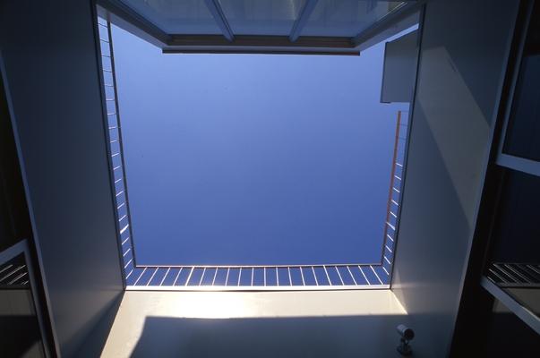 西荻の家の部屋 中庭から見上げた空(撮影:淺川敏)