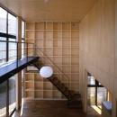 野方の家の写真 壁一面の棚(撮影:淺川敏)