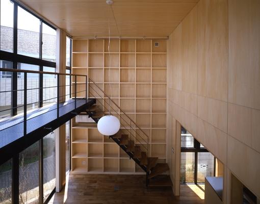 野方の家の部屋 壁一面の棚(撮影:淺川敏)