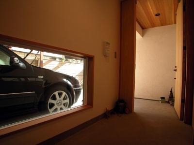 大テーブルある家 (ガレージの見える玄関)