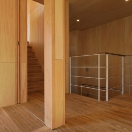 目黒南の家 (2階へ続く階段(撮影:淺川敏))