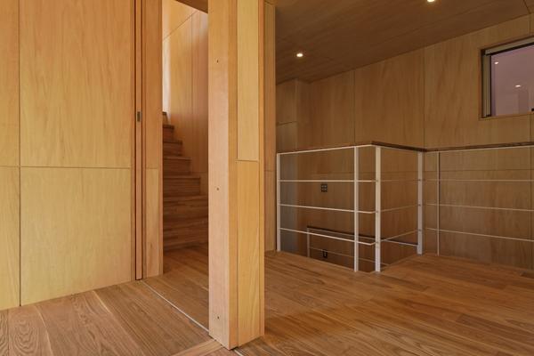 目黒南の家の部屋 2階へ続く階段(撮影:淺川敏)