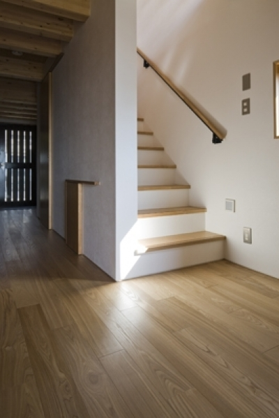 2階に続く階段(撮影:淺川敏) (日吉の家)