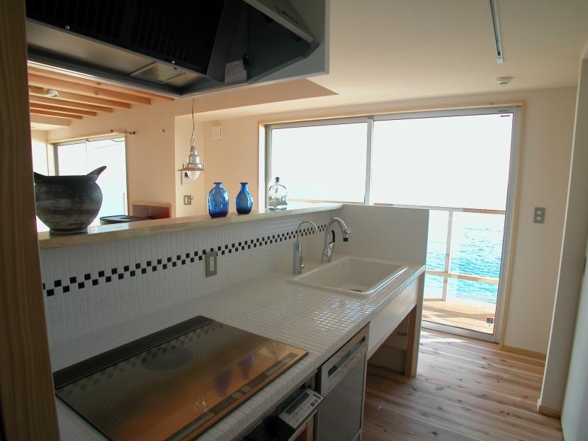 スロープ階段の家の写真 ローコストキッチン