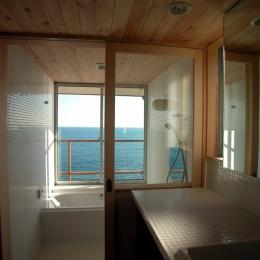 スロープ階段の家 (海の見える浴室)