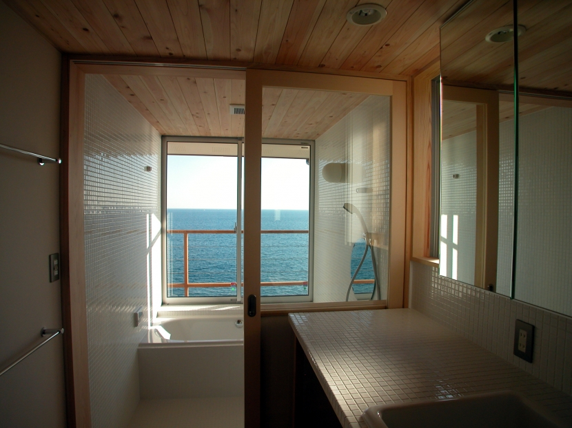 スロープ階段の家の部屋 海の見える浴室