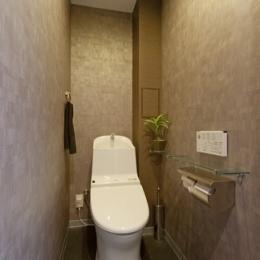 友人たちの驚きに〝してやったり〟 上質で工夫いっぱいの広々LDKがある住まいリノベーション (トイレ)