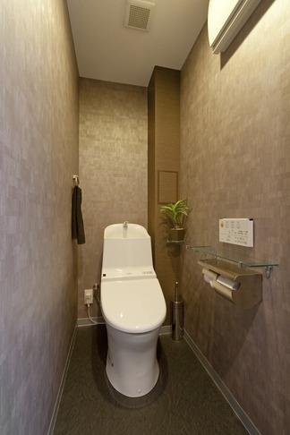 友人たちの驚きに〝してやったり〟 上質で工夫いっぱいの広々LDKがある住まいリノベーションの部屋 トイレ