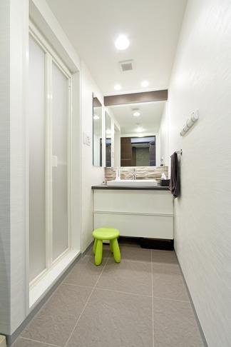 友人たちの驚きに〝してやったり〟 上質で工夫いっぱいの広々LDKがある住まいリノベーションの部屋 洗面台